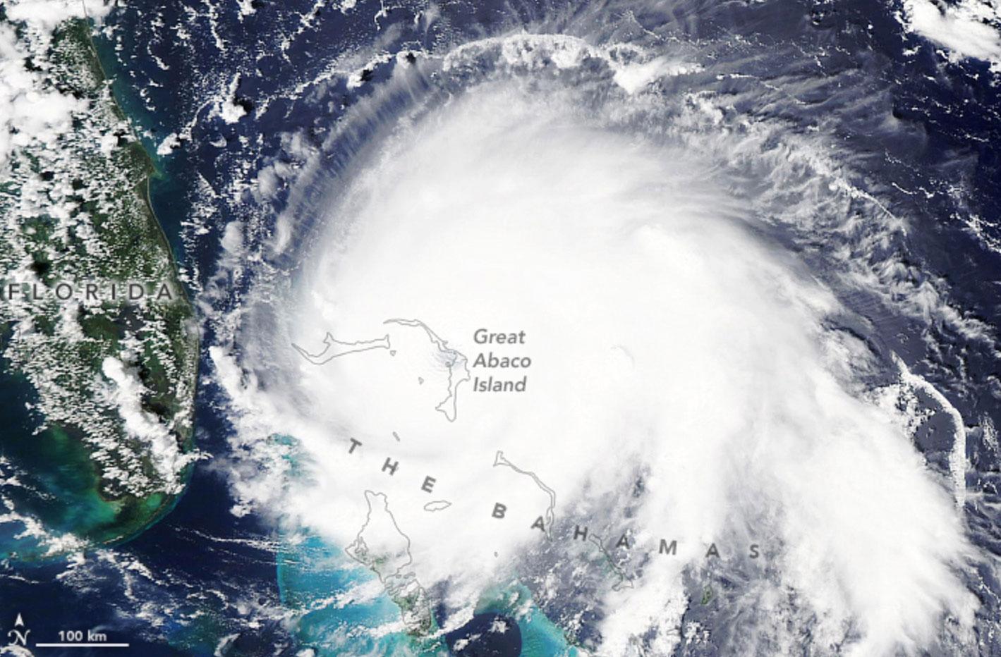 Zdjęcie satelitarne pokazujące huragan Dorian nad Wyspami Bahama